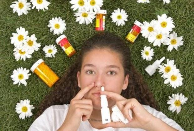 Девушка вводит антигистаминый спрей против аллергии