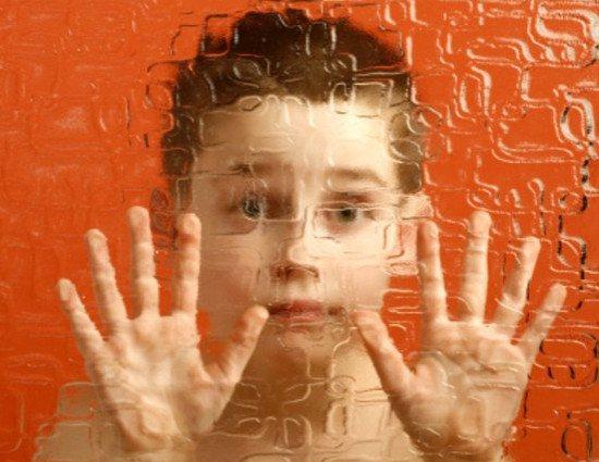Мальчик с аутизмом за стеклом