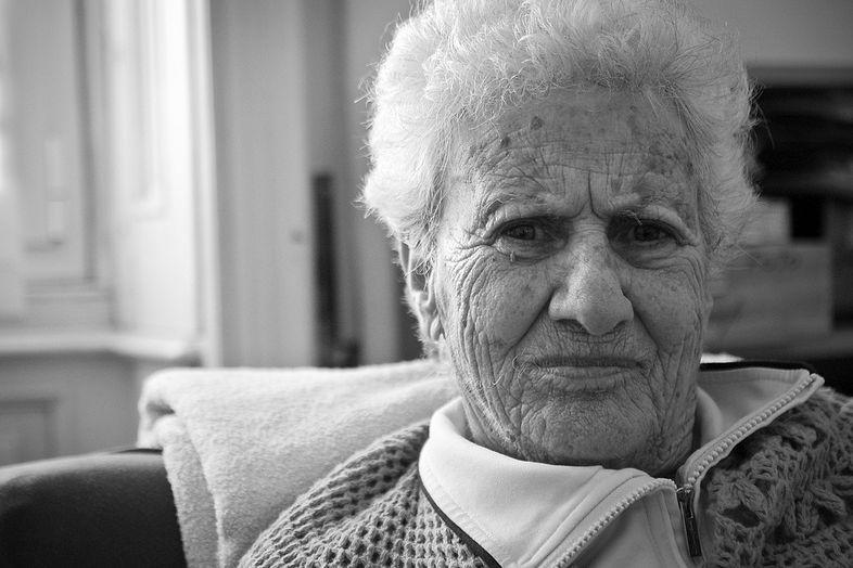 Взгляд пожилой женщины с болезнью Альцгеймера