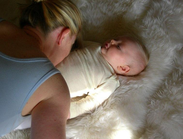 Мама целует живот ребёнка, чтобы успокоить боль