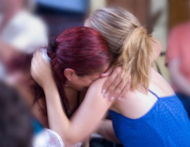 Утешающее объятие девушек