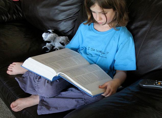 Девочка, читающая медицинскую энциклопедию – потенциальный ипохондрик