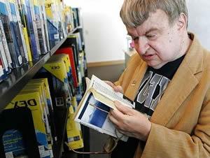 Савант Ким Пик занят чтением книги