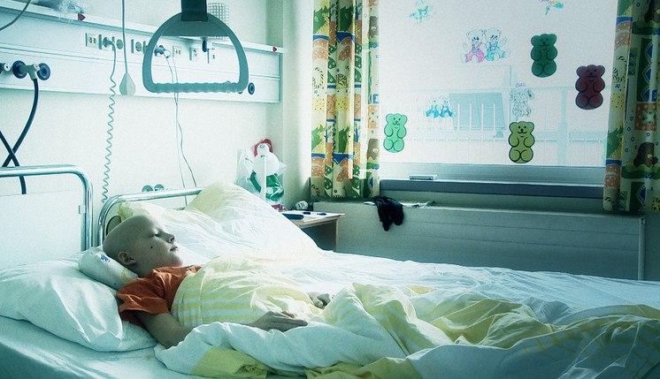 Ребенок больной лейкемией в палате