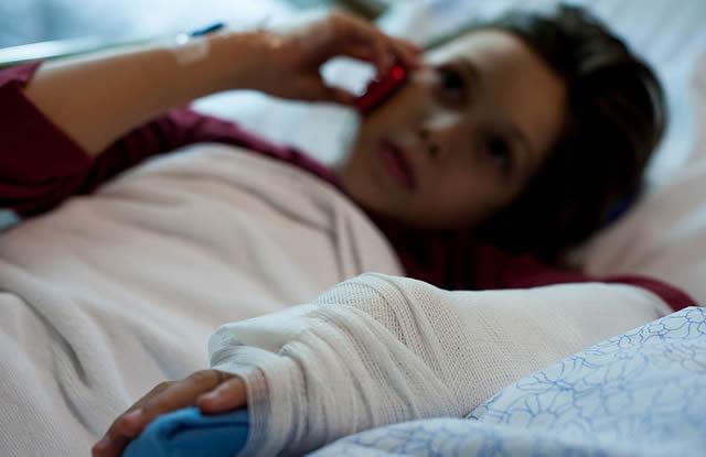 Девушка в больничной палате с переломом предплечья