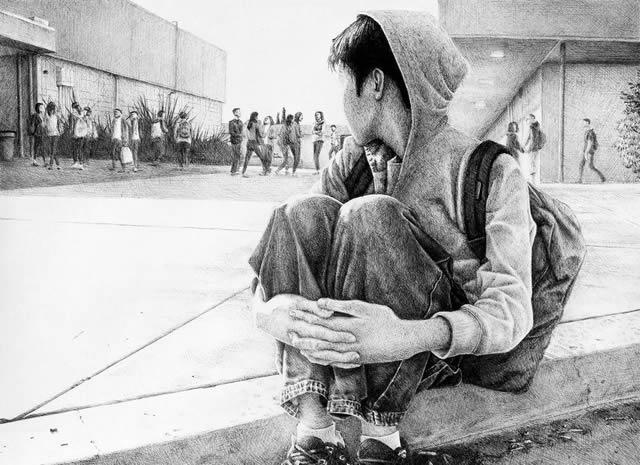 Застенчивый школьник сидит в стороне от друзей