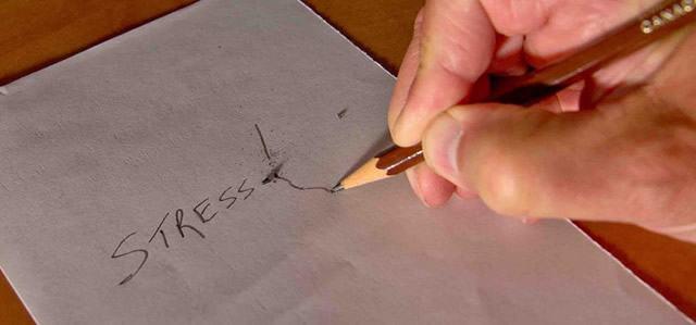 Написанное графитным карандашом слово «Stress»