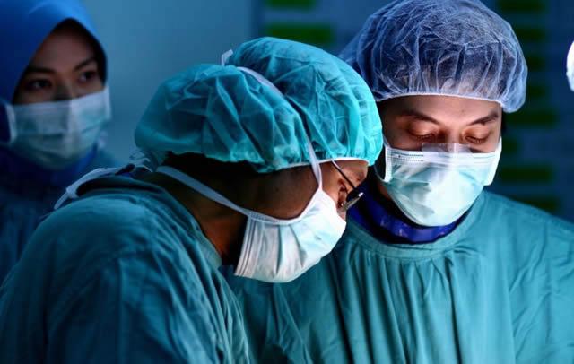 Врачи заняты хирургической операцией