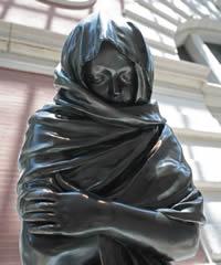 Скульптура: Замерзшая девушка