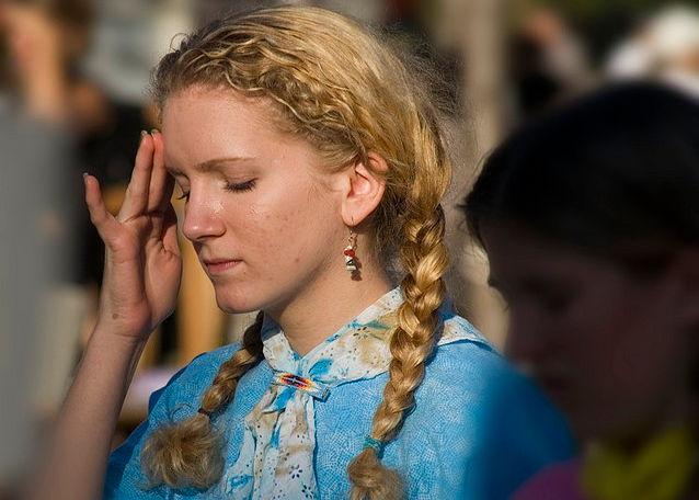 Девушка страдает от головной боли в лобно-височной доле