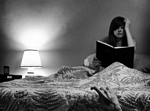 Девушка ночью готовиться к экзамену