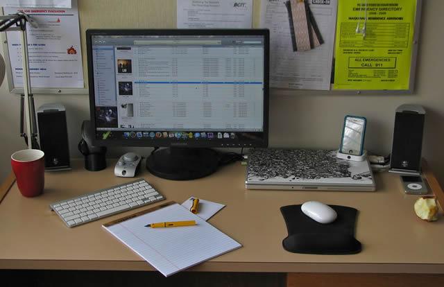 Рабочее место офисного служащего