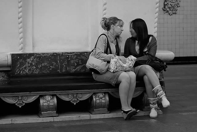 Эмоциональный разговор двух девушек