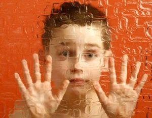 Ребенок за стеклом, как символ аутизма