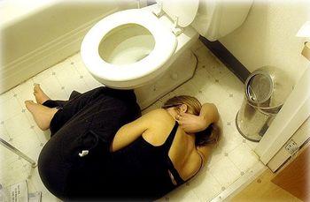Девушка на полу в туалете