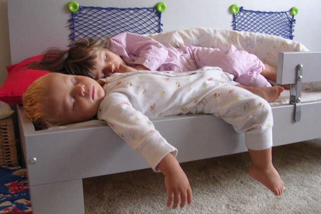 Спящие в причудливых позах дети