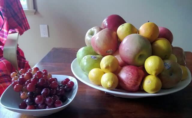 Много фруктов на столе