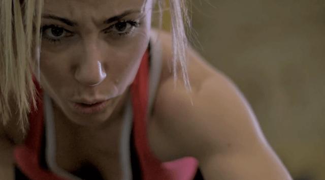Мотивированная девушка занимается спортом
