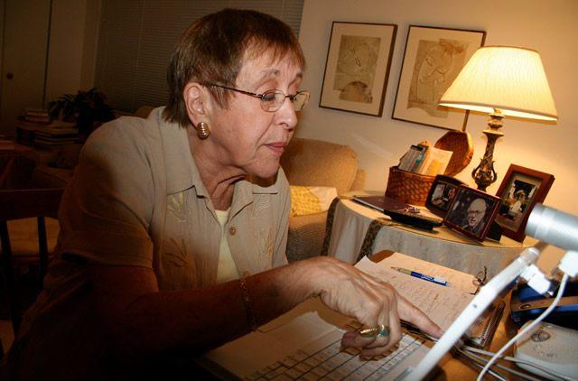 Женщина в возрасте изучает информацию на интернет-сайте