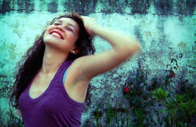 Девушка-оптимистка радуется жизни