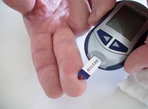 Измерение уровня глюкозы в крови с помощью глюкометра